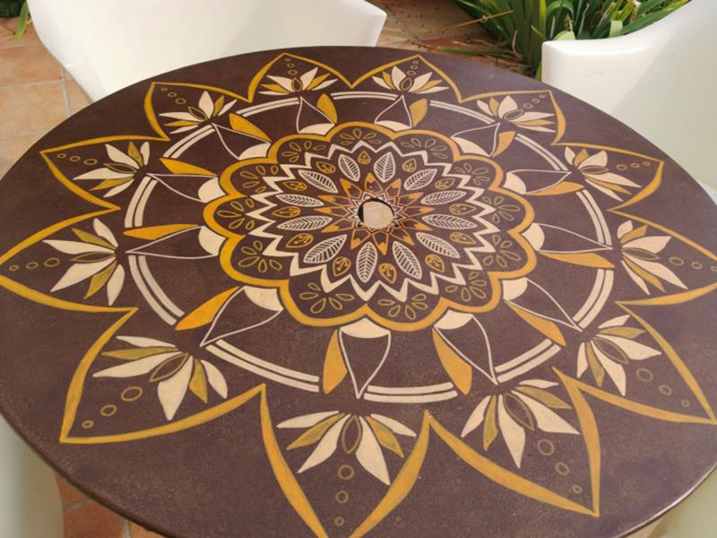 Création de mandala sur table extérieur